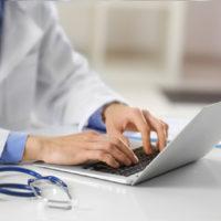 die-praxis-kontaktaufnahme-am-laptop-facharztpraxis-fur-bauch-und-enddarmchirurgie-berlin-mitte